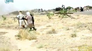 Cette capture vidéo fournie par le site Monitoring Service et publiée sur des forums jihadistes montre des combattants d'al-Qaïda au Maghreb islamique (AQMI) et leur arsenal. Mali, le 10 janvier 2013 (- / SITE MONITORING SERVICE)