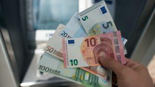 Des billets de 5, 10, 20, 50 et 100 euros présentés à Cologne (Allemagne), le 23 septembre 2014. (FEDERICO GAMBARINI / DPA)