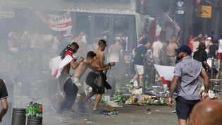 Des supporters anglais affrontent des supporters russes à Marseille, le 11 juin 2016, en marge du match Angleterre-Russie. (MAXPPP)