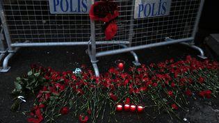 Des fleurs sont déposées, le 1er janvier 2017, devant le Reina à Istanbul, en Turquie, après l'attaque de cette boite de nuit par un assaillant armé. (HUSEYIN ALDEMIR / REUTERS)