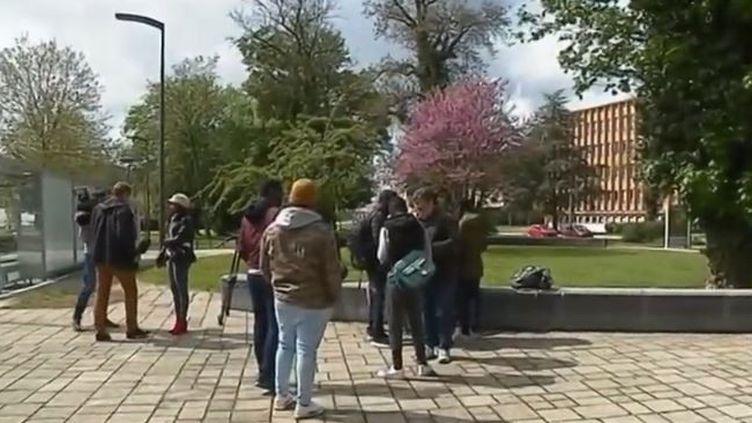 Un groupe d'élèves de l'université de Metz (Moselle)apublié des photos et des propos racistes sur les réseaux sociaux. Une enquête a été ouverte par l'établissement, qui a immédiatement condamné ces actes. (FRANCE 2)