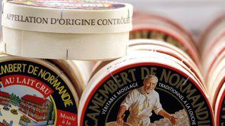 """Des boîtes de camembert de Normandie portant la mention """"appellation d'origine contrôlée"""" (AOC), équivalent français de l'AOP européenne, le 20 mars 2012 dans un supermarché de Caen (Calvados). (CHARLY TRIBALLEAU / AFP)"""