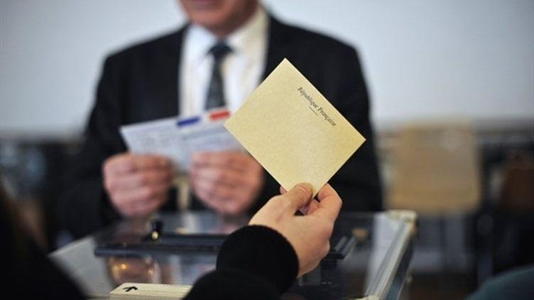 Un électeur vote lors du second tour des élections cantonales, le 27 mars 2011. (AFP - Jeff Pachoud)