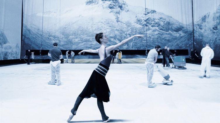 """La répétition d'une danseuse à l'Opéra de Paris. Image tirée du film de Jean-Stéphane Bron, """"L'opéra"""". (FRENETIC FILMS)"""