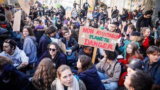 Des jeunes manifestent pour le climat, le 15 février 2019, devant le ministère de la Transition écologique et solidaire, à Paris. (MAXPPP)
