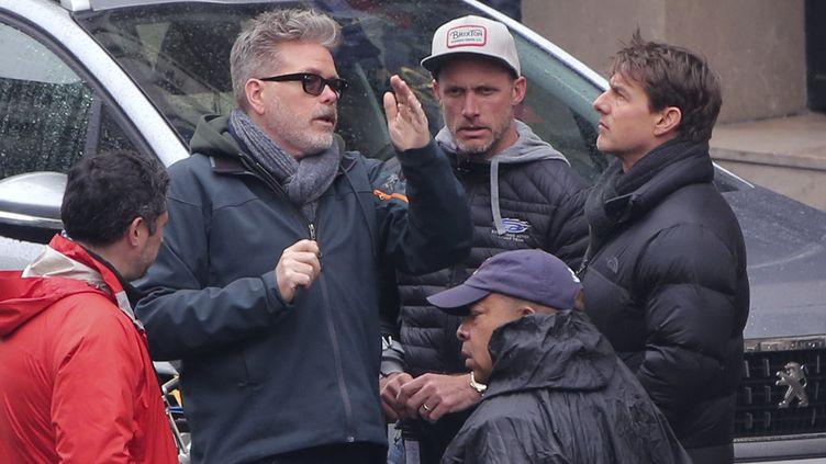 """Le réalisateur Christopher McQuarrie et l'acteur Tom Cruise, lors du tournage de """"Mission: Impossible"""" à Paris, le 3 mai 2017. (STRINGER / AFP)"""