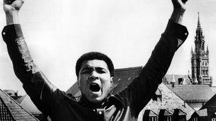 Mohamed Ali sur le toit de l'hôtel Bayerischer Hof à Munich (Allemagne), le 18 mai 1979. (KLAUS-DIETER HEIRLER / DPA / AFP)