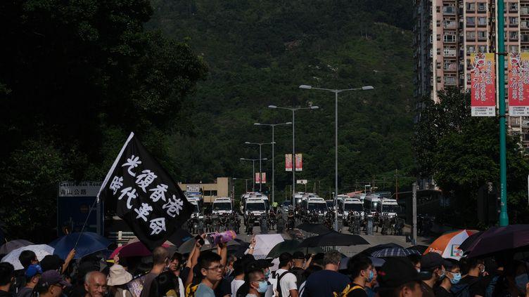 Des manifestants marchent à Hong Kong, le 21 septembre 2019. (EYEPRESS NEWS / AFP)