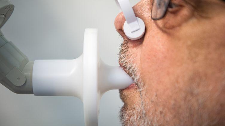 Mesure de la capacité pulmonaire d'un patient atteint de Covid long (illustration). (SINA SCHULDT / DPA / MAXPPP)