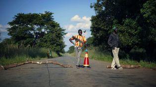 Des miliciens antibalakas, à 60 km au nord de Bangui, en République centrafricaine, le 1er juin 2014. (JEROME DELAY / AP / SIPA)
