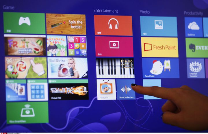 Démonstration de la nouvelle interface de Windows 8 sur un écran tactile, le 26 octobre 2012 à Hong Kong. (KIN CHEUNG / AP / SIPA)