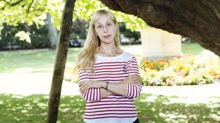 L'écrivaine Lola Lafon pose dans le jardin du Luxembourg à Paris, avant la sortie de son ouvrage Mercy, Mary, Pattyen 2017. (LEWIS JOLY/JDD/SIPA)