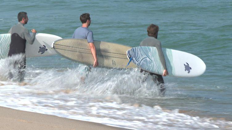 Des surfeurs bénévoles équipés de capteurs se mettent à la mer pour évaluer son niveau de pollution. (France 3 Bordeaux)
