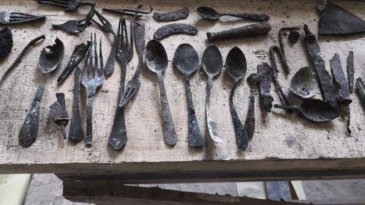 Quelques objets trouvés en avril 2020 dans le bloc 17 du camp d'extermination nazi d'Auschwitz à Oswiecim, en Pologne. (NATIONALFONDS / KACZMARCZYK / MARSZA / AFP)