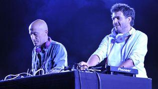 Le duo Cassius : Philippe Zdar (Philippe Cerboneschi) à droite et Boom Bass (L-Hubert Blanc-Francart) à gauche, au Nice Jazz Festival de Nice, le 12 juillet 2014 (BEBERT BRUNO/SIPA)