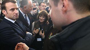 Emmanuel Macron rencontre des agriculteurs de l'Aubrac (Aveyron) au Salon de l'agriculture à Paris, le 22 février 2020. (LUDOVIC MARIN / POOL / AFP)