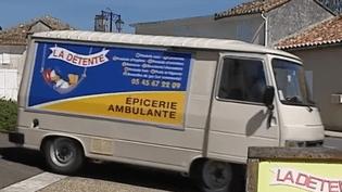 Un couple de Charentais a lancé une épicerie ambulante qui parcourt les petites routes de campagne, au sud d'Angoulême. (France 3)