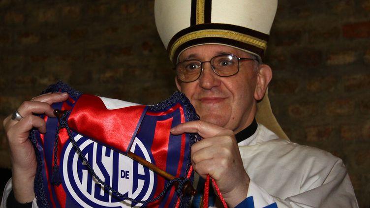 Jorge Bergoglio pose avec un maillot du club de football de San Lorenzo, équipe dont il est supporter, le 24 mai 2011, à Buenos Aires (Argentine). (JUAN AYALA / AFP)