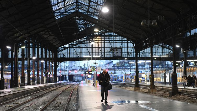 Un voyageur sur un quai vide de la gare Saint-Lazare, le 16 décembre 2019, pendant la grève contre la réforme des retraites. (BERTRAND GUAY / AFP)
