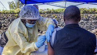 Un homme se fait vacciner contre Ebola le 15 juillet 2019 auAfia Himbi Health Centerà Goma en RDC. (PAMELA TULIZO / AFP)