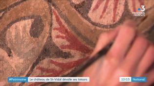 En restaurant le château de Saint-Vidal, en Haute-Loire, son propriétaire a découvert des peintures murales. Des restauratrices venues de Rome sont à l'œuvre. (France 3)