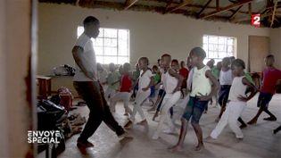 Cours de danse classiquepour lesenfants du bidonville de Kibera, Kenya. (FRANCE 2 / FRANCETV INFO)