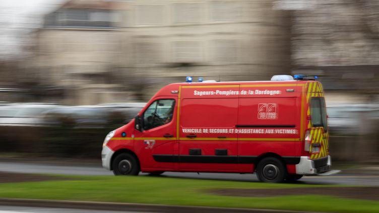 Un camion de pompiers à Périgueux, le 2 février 2019. (ROMAIN LONGIERAS / HANS LUCAS / AFP)