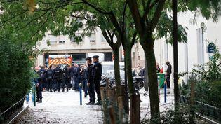 """Des policiers à l'endroit où deux personnes ont été blessées lors d'une attaque, dans la rue Nicolas-Appert, devant les anciens locaux de """"Charlie Hebdo"""", dans le 11e arrondissement de Paris, le 25 septembre 2020. (MARIE MAGNIN / HANS LUCAS / AFP)"""