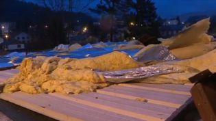 Dans les Vosges, le village de Saint-Dié a été lourdement frappé par la tempête Ciara. Le toit de l'école s'est effondré le soir du 9 février. AU lendemain, difficile d'imaginer une réouverture de l'établissement. (FRANCE 3)