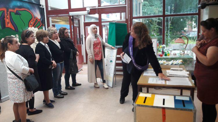 À Eskilstuna, en Suède, des migrants peuvent apprendre le système électoraldu pays, pour mieux s'intégrer. (ELISE DELEVE / RADIO FRANCE)