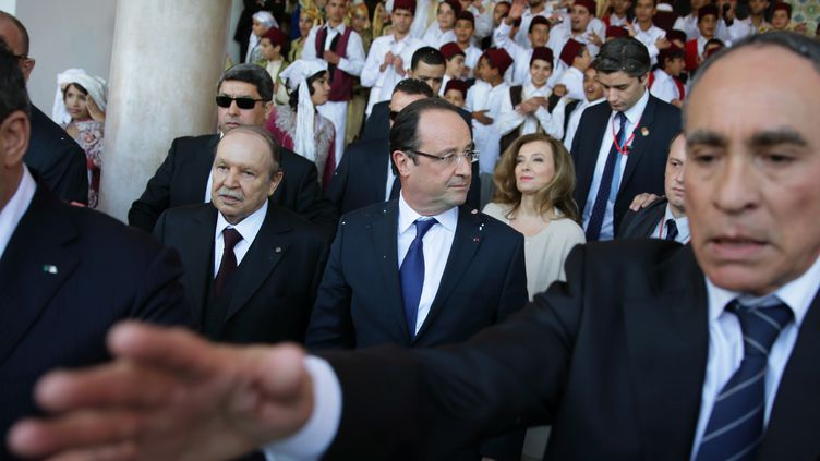 Une foule considérable d'Algériens en liesse a souhaité la bienvenue au président français, François Hollande, à Alger,mercredi 19 décembre 2012. (PHILIPPE WOJAZER / AFP)