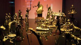 """Au musée parisien du Quai Branly, des statues représentant la """"cérémonie Ato"""" du Royaume du Dahomey (actuel Bénin), vers 1934 (juin 2018)  (Gérard Julien / AFP)"""
