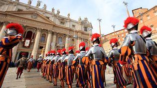 Des gardes suisses paradent place Saint-Pierre, au Vatican, le 25 décembre 2013. (MAXPPP)