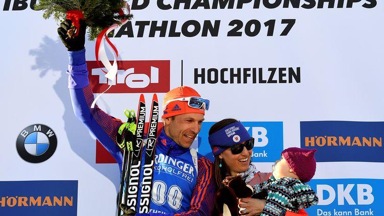 Lowell Bailey, accompagné de sa femme et sa fille, offre sa première médaille aux Etats-Unis. (FRANCK FIFE / AFP)