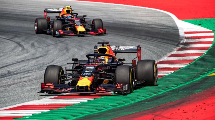 Max Verstappen suivi par Pierre Gasly au GP d'Autriche 2019. (JOE KLAMAR / AFP)