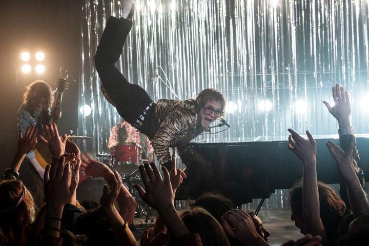 "Elton John (Taron Egerton) fait son show dans ""Rocketman"" de Dexter Fletcher. (WALT DISNEY FRANCE)"