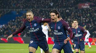 Kylian Mbappé félicite Edinson Cavani après que ce dernier ait inscrit le troisième but du PSG contre l'OM, le 25 février 2018 au Parc des Princes. (PIERRE CHARLIER / AFP)