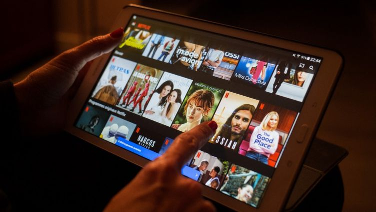 Une utilisatrice consulte la plateforme de streaming Netflix, le 22 mars 2020, à Bordeaux (Gironde). (LAURENT PERPIGNA IBAN / HANS LUCAS / AFP)