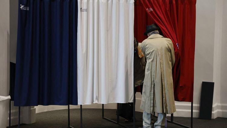Un électeur dans un bureau de vote pour les élections régionales et départementales au Touquet (Pas-de-Calais), le 27 juin 2021. (LUDOVIC MARIN / AFP)