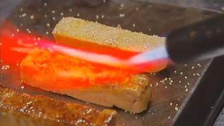 Un chef japonais installé à Paris,Hiroki Yoshitake, fati caraméliser du foie gras avant de le servir avec une pâte de soja sucrée. (FRANCE 2 / FRANCETV INFO)