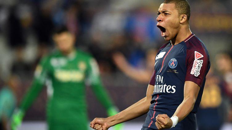Kylian Mbappé célèbre un but du PSG, lors de la finale de la Coupe de la Ligue, face à l'AS Monaco, le 31 mars 2018. (FRANCK FIFE / AFP)