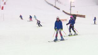 Des skieurs sur le domaine skiable de Métabief dans le Doubs. (France info)