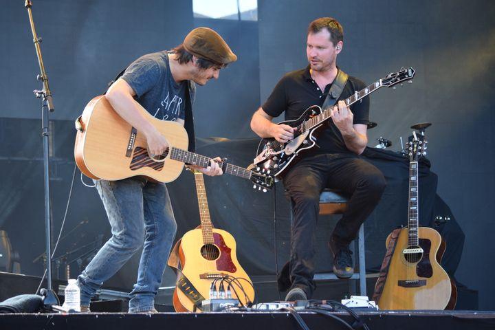 Gauvain Sers et son guitariste Martial Bort, sur la scène du festival des Francofolies de la Rochelle, le 16 juillet 2017  (Citizenside / Fabrice Restier)