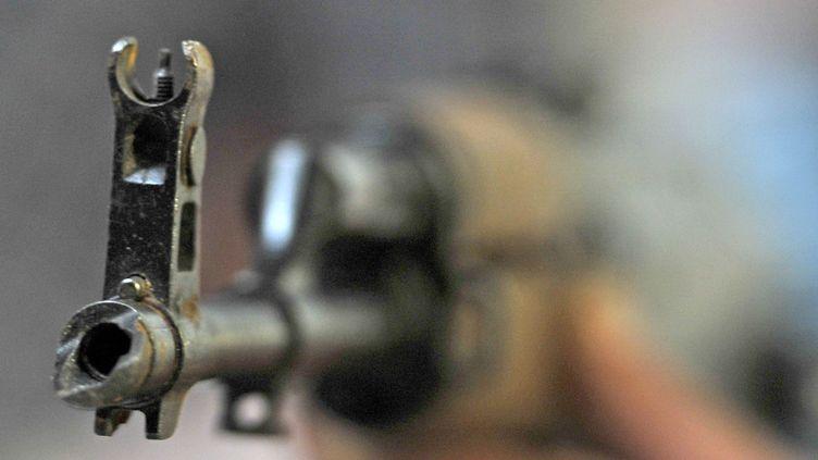 Une kalachnikov saisie lors d'une opération de police à Marseille (Bouches-du-Rhône), en janvier 2012. (BORIS HORVAT / AFP)