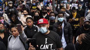 Des manifestants écoutent un discours dans une rue de Minneapolis, le 29 mai 2020. (STEPHEN MATUREN / GETTY IMAGES NORTH AMERICA / AFP)
