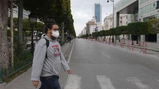 Avenue Bourguiba, dans le centre de Tunis, le 18 mars 2020 juste avant 18h, heure du couvre-feu instauré pour lutter contre le coronavirus... D'habitude, l'avenue, cœur de la capitale de la Tunisie, est noire de monde, jour et nuit, été comme hiver. (FETHI BELAID / AFP)