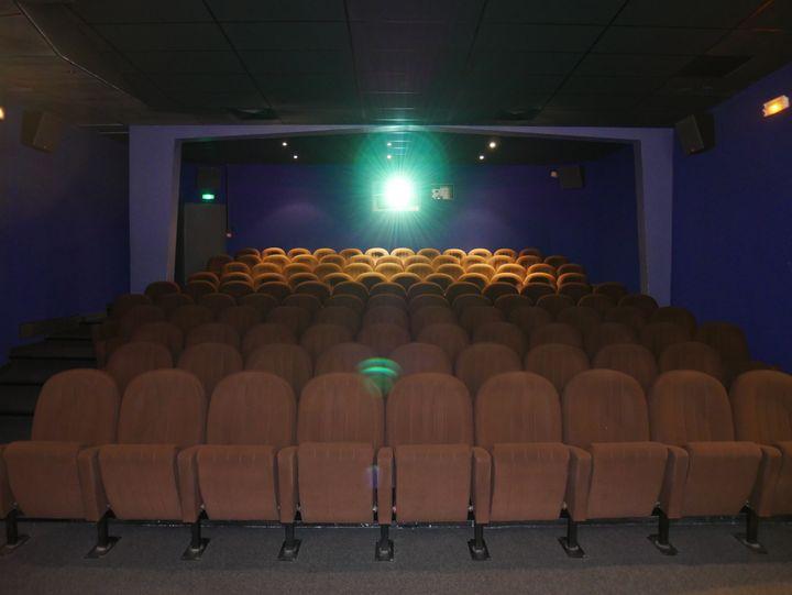 Dans les sallesdu cinéma Les Carmes, les fauteuils sont vides. Mais les projecteurs fonctionnent quand même. Ils doivent être allumés au moins deux fois par semaine pour ne pas se détériorer. (MATHIEU LEHOT / FRANCEINFO)