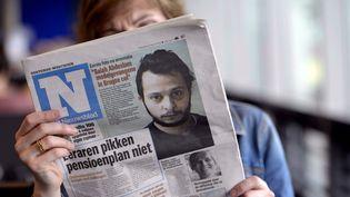 """Une photo de Salah Abdeslam prise en prison à la une du journal flamand """"Het Nieuwsblad"""", le 12 avril 2016. (MAXPPP)"""