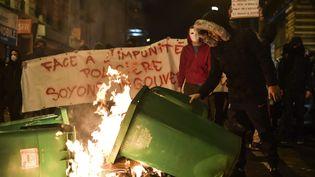 Des poubelles sont brûlés en marge d'une manifestation non déclarée en soutien à Théo, dans le 18e arrondissement de Paris, le 15 février 2017. (PHILIPPE LOPEZ / AFP)