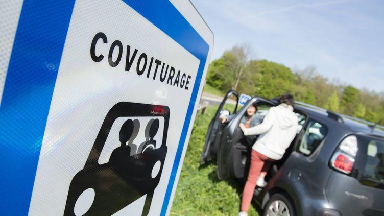 Des automobilistes se retrouvent sur une aire de covoiturage, le 11 avril 2017, à Taden (Côtes-d'Armor). (DAVID ADEMAS / MAXPPP)